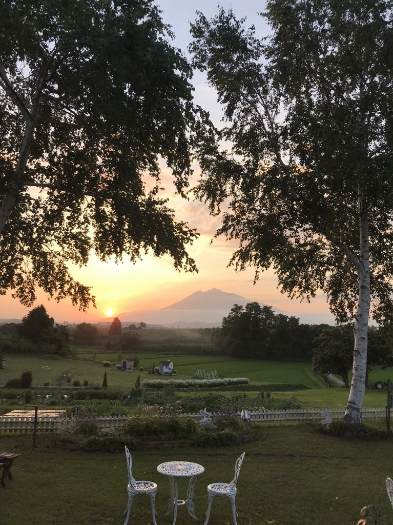 英国貴族の館 アグリインホリデー 庭園からの風景 夕暮れの岩木山